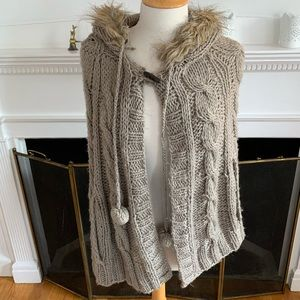 WILLOW & CLAY soft cabled poncho faux fur hood